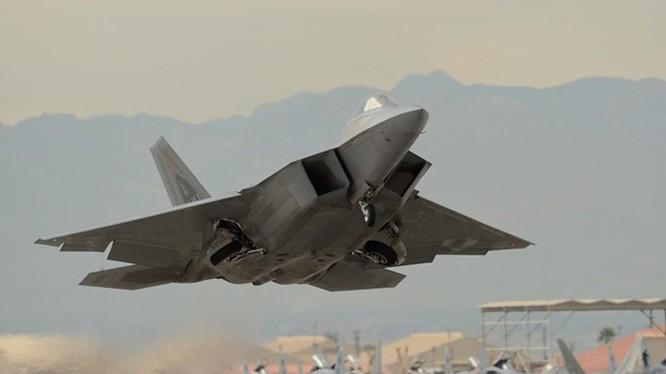 F-22 Raptor được Không lực Mỹ đưa ra nước ngoài để thực hiện chương trình biểu dương lực lượng gọi là Rapid Raptor nhằm dằn mặt các đối thủ như Nga, Trung Quốc, Triều Tiên - Ảnh: Không lực Mỹ