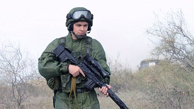 Một người lính với bộ trang phục chiến đấu Chiến binh và khẩu súng bắn tỉa loại Pecheneg - Ảnh: military-informant.com