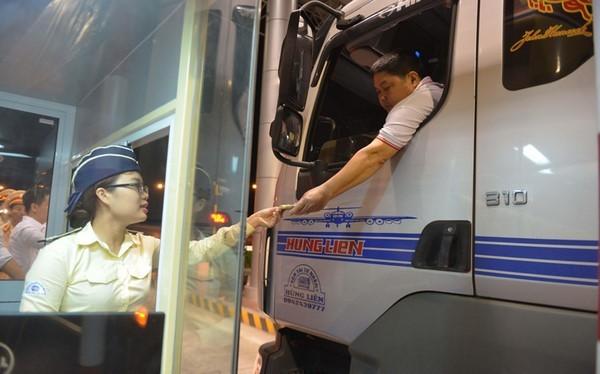 Một nhân viên đang thu phí theo phương pháp xe vé thủ công tại cao tốc Pháp Vân - Cầu Giẽ