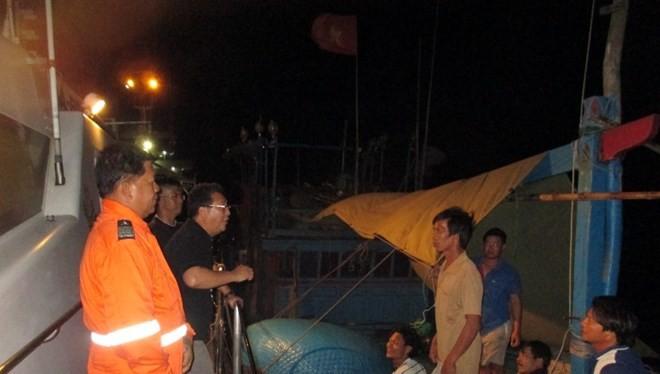 Giám đốc BFAR Asis Perez nói chuyện với các ngư dân Việt Nam mới bị bắt (Nguồn: update.ph)