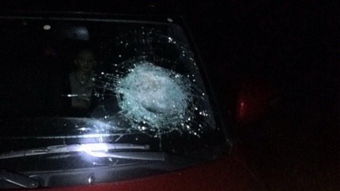 Một ôtô bị ném đá gây hư hại trong tối 13-5 - Ảnh: Vidif