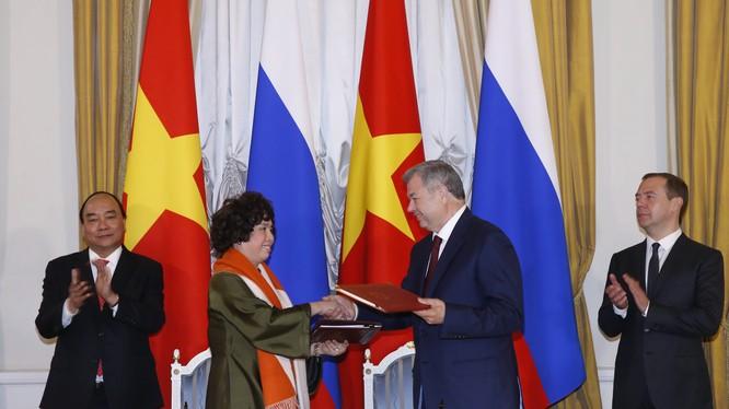 Bà Thái Hương và ông Anatoly Mmitriyevich Artamonov, Thống đốc tỉnh Kaluga (Liên bang Nga) ký kết Thoả thuận hợp tác triển khai dự án.