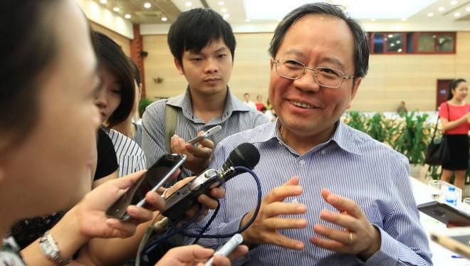Ông Đỗ Hoàng Anh Tuấn trả lời báo chí những vấn đề thuế phí bên lề hội nghị triển khai nghị quyết 19/2016 - Ảnh: Nguyễn Khánh