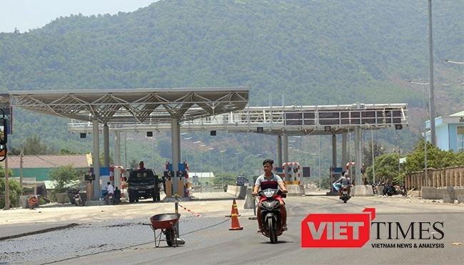 Trạm thu phí của Công ty Cổ phần BOT Phước Tượng- Phú Gia đặt ngay cửa ngõ vào Thị trấn Lăng Cô khiến người dân lo lắng