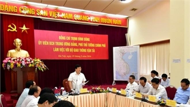 Phó Thủ tướng Trịnh Đình Dũng làm việc với Bộ GTVT. Ảnh: VGP