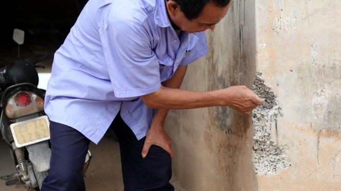 Vết vỡ cho thấy bêtông hầm chui chỉ trơ lại đá, dùng tay cũng bóc được dễ dàng - Ảnh: T.Phùng