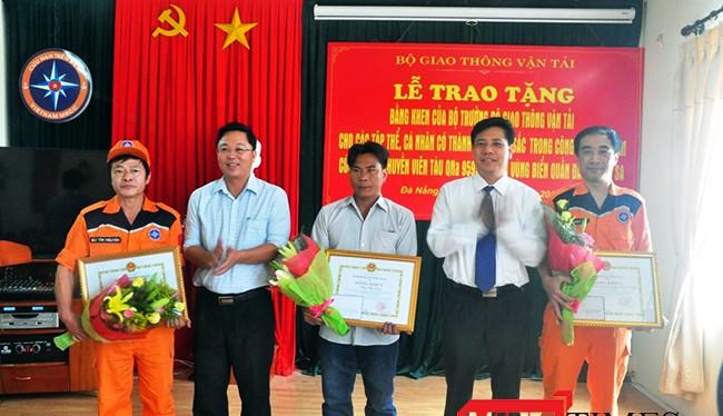 Ngày 21/5, lãnh đạo Bộ GTVT và tỉnh Quảng Nam tặng bằng khen đến các đơn vị và cá nhân trong việc tham gia cứu hộ, cứu nạn ngư dân bị nạn