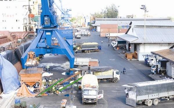 Xếp dỡ hàng hóa tại cảng Sài Gòn. Ảnh: MINH KHUÊ