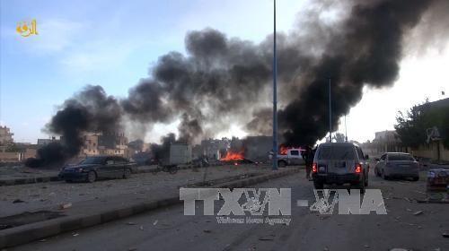 Khói bốc lên sau các cuộc không kích của quân đội Chính phủ Syria vào các mục tiêu của phiến quân IS tại Raqa tháng 11/2014. Ảnh: AFP/TTXVN