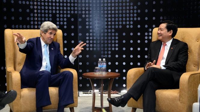 Bí thư Thành ủy TP.HCM Đinh La Thăng gặp gỡ Ngoại trưởng Mỹ John Kerry tối 24-5 - Ảnh: Thuận Thắng