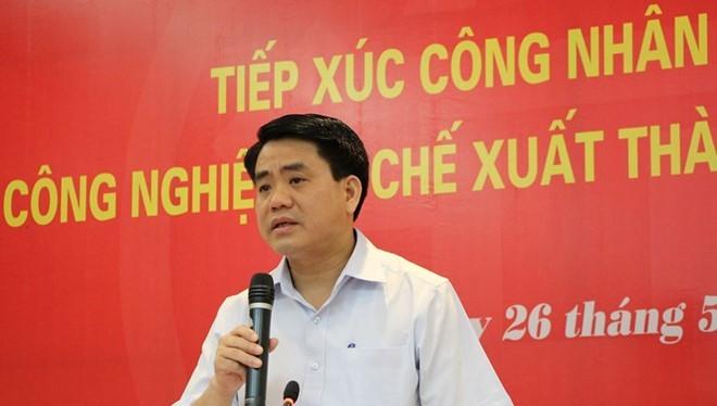 Chủ tịch UBND TP Nguyễn Đức Chung đối thoại với công nhân.