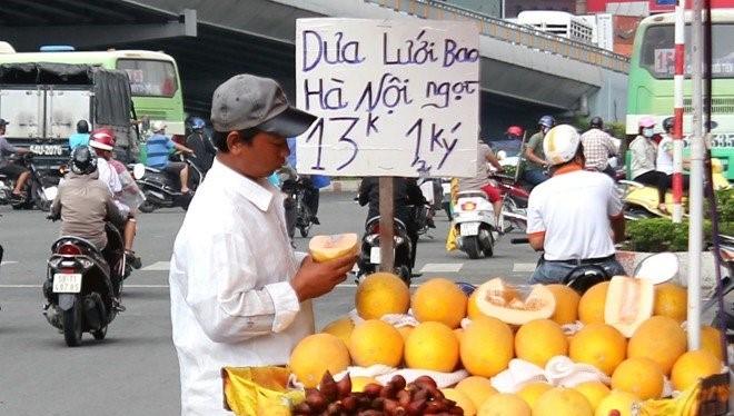 """Khoảng 11.000 tấn dưa lưới vàng Trung Quốc được gắn mác """"dưa Việt"""" được dân mua về ăn hàng ngày"""