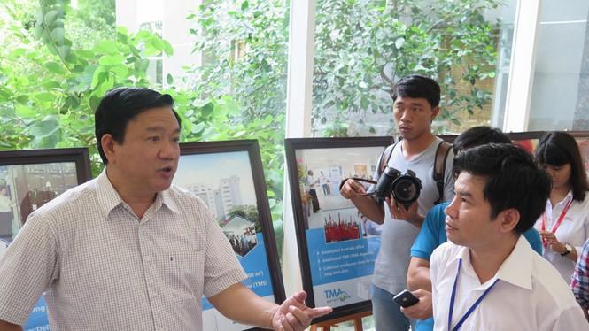 Bí thư Đinh La Thăng thăm một doanh nghiệp nằm trong QTSC ẢNH: TRUNG HIẾU
