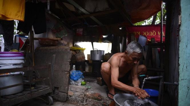 """Hơn 40 năm qua, gần 600 hộ dân ở khu dân cư số 4, P.Thanh Nhàn phải sống """"treo"""" trong những căn nhà xập xệ như thế này - Ảnh: Nam Trần"""