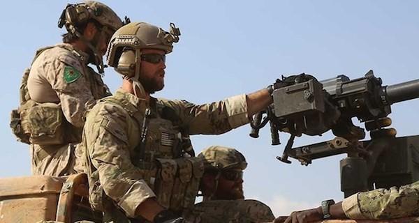 Đặc nhiệm Mỹ (trái) đeo phù hiệu của PKK. (Nguồn: AFP)