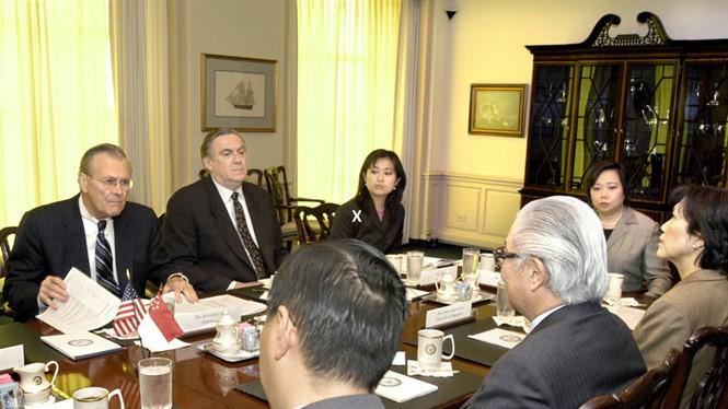 Elizabeth Phú (ngồi trong cùng, hàng ghế bên trái) tham dự một cuộc họp giữa Bộ trưởng Quốc phòng Mỹ Donald Rumsfeld và Phó thủ tướng Singapore Tony Tan năm 2004