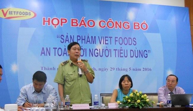 Đại diện cơ quan quản lý thị trường Bình Dương phát biểu tại buổi họp báo của Vietfoods sáng nay 29-5. Ảnh: Văn Nam