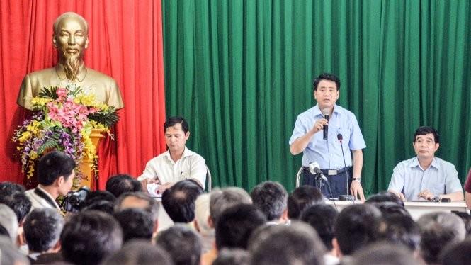 Chủ tịch UBND thành phố Hà Nội Nguyễn Đức Chung đối thoại với dân chiều tối 28-5 - Ảnh: X.THÀNH
