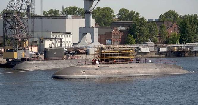 Tàu ngầm Kilo 636.3, chiếc Kolpino vừa hạ thuỷ được tàu kéo đưa đến vị trí tiếp tục hoàn thiện, phía trong là tàu ngầm Bà Rịa - Vũng Tàu của hải quân Việt Nam (lớp Kilo 636.1) - Ảnh: livejournal