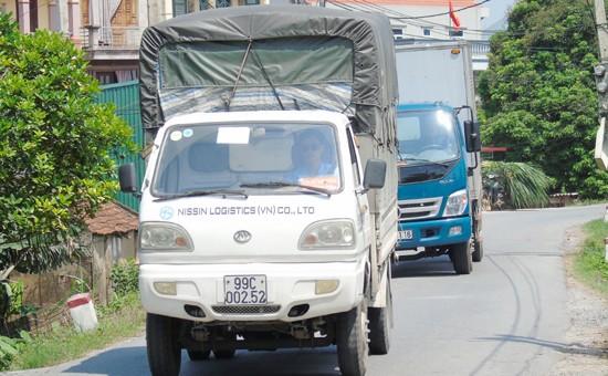 Ô tô nối nhau chạy trên đê Phù Đổng để trốn qua trạm thu phí. Ảnh: Ngọc Hải