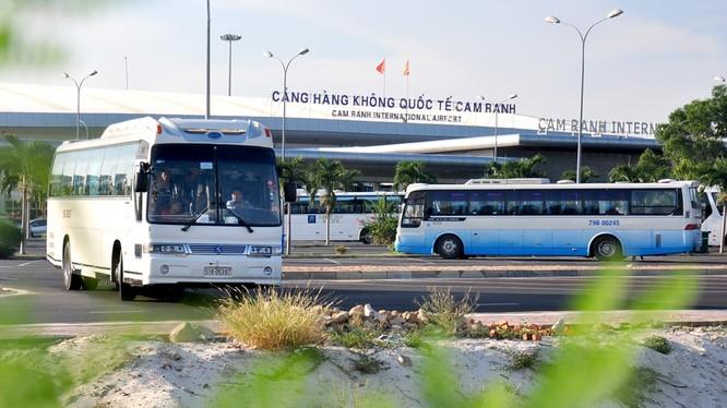 Cảng Hàng không quốc tế Cam Ranh chỉ có công suất thiết kế 1,5 triệu lượt khách/năm nhưng 5 tháng qua nơi này đã đón hơn 1,8 triệu. Các chuyên gia dự báo năm 2016 lượng khách qua sân bay này có thể tăng đến 4 triệu, gấp 3 lần công suất thiết kế.