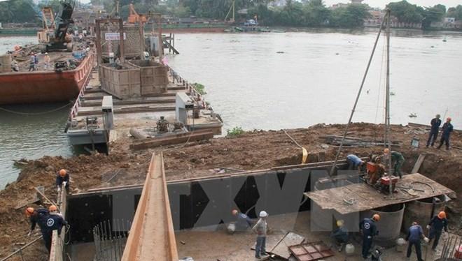 Các đơn vị thi công đang đẩy nhanh tiến độ xây dựng cầu Ghềnh. (Ảnh: Sỹ Tuyên/TTXVN)