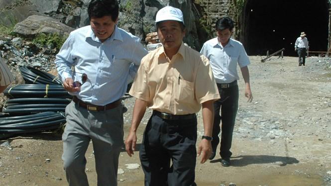Ông Quý (giữa) kiểm tra công trình thủy điện Thượng Kon Tum ẢNH: VĂN PHƯƠNG