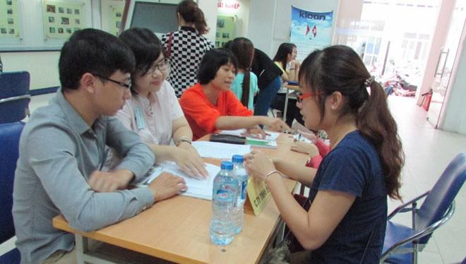 Sinh viên phỏng vấn tại Trung tâm Dịch vụ Việc làm Hà Nội. Ảnh: Diệp Trương