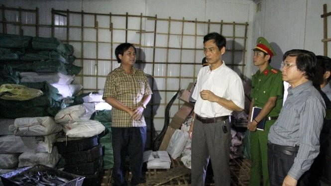 Lãnh đạo các ngành y tế, nông nghiệp ở Quảng Trị kiểm tra lô cá nục bị nhiễm phenol chiều 11-6 - Ảnh: Quốc Nam