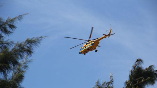 Trực thăng tìm kiếm cứu nạn máy bay tiêm kích Su 30 MK2 ở vùng biển Cửa Hội - Ảnh: Doãn Hòa