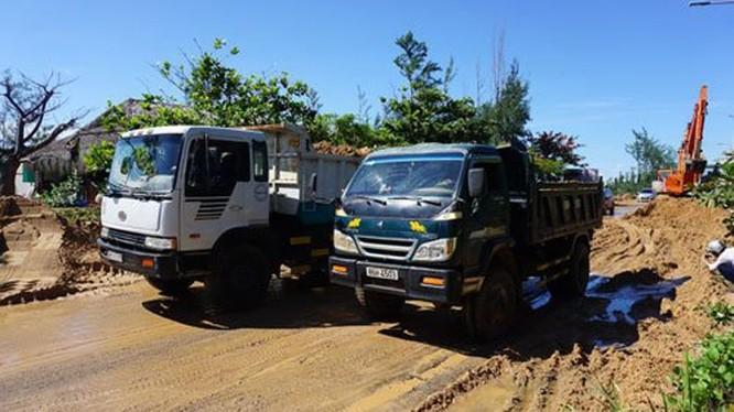 Nạo vét bùn đổ ra đường sau sự cố vỡ hồ chứa bùn thải do khai thác titan tại Bình Thuận vào ngày 16-6-2016. Ảnh: báo Bình Thuận
