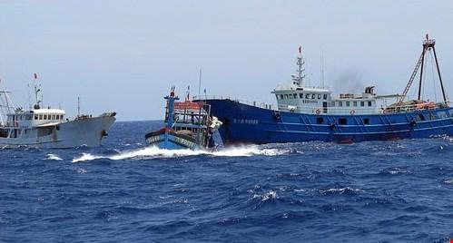Tàu Trung Quốc đâm tàu cá Việt Nam trên biển đông. Ảnh VOV