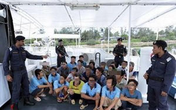 Các ngư dân Việt Nam bị MMEA bắt giữ. (Nguồn: bernama.com)