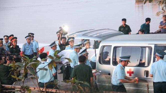 Thi thể phi công Khải được đưa vào bờ sáng 18-6 - Ảnh: Doãn Hòa