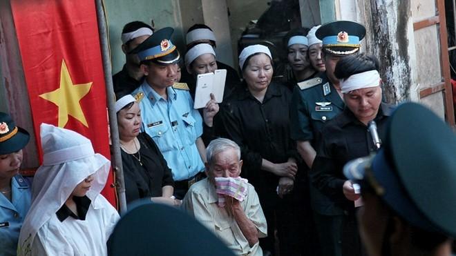 Cụ Trần Văn Phùng (bố anh Khải) khóc nức nở trong lễ truy điệu con trai tại quê nhà. Ảnh: T.Quang.