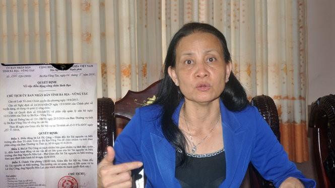 Bà Lê Thị Công và quyết định điều động công chức lãnh đạo đối với bà Công từ giám đốc Sở TN&MT tỉnh Bà Rịa - Vũng Tàu sang Ban tổ chức Tỉnh ủy Bà Rịa - Vũng Tàu - Ảnh: ĐÔNG HÀ