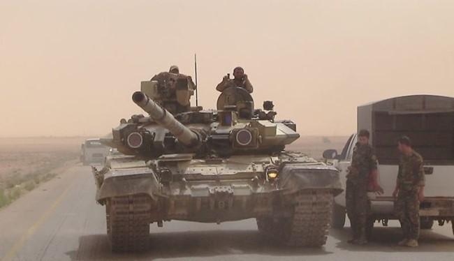 Xe tăng T-90 do Nga cung cấp cho quân đội Syria đang có mặt ở Raqqa