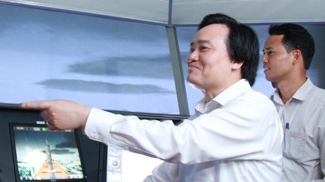 Bộ trưởng GD-ĐT thăm cơ sở đào tạo của Trường ĐH Hàng hải. Ảnh: Hạ Anh