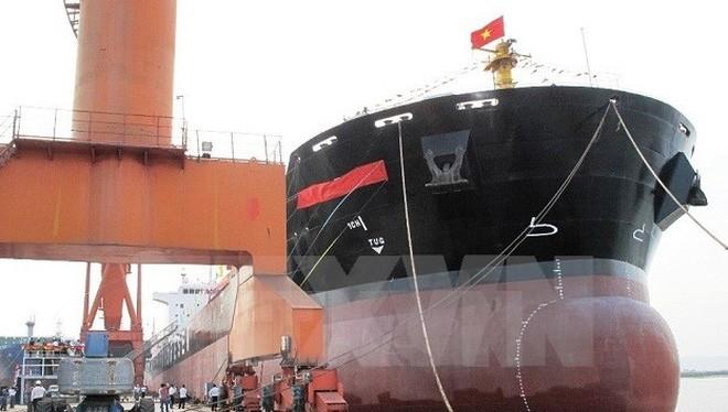 Công ty Đóng tàu Hạ Long bàn giao một tàu hàng đã đóng xong. (Ảnh: Văn Đức/TTXVN)
