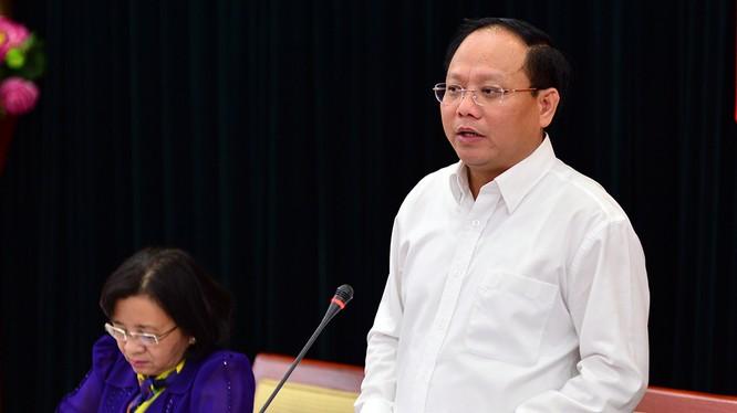 Ông Tất Thành Cang - phó bí thư thường trực Thành ủy TP.HCM trả lời câu hỏi của các cơ quan báo chí tại họp báo - Ảnh: QUANG ĐỊNH