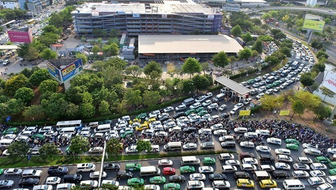 Các tuyến đường gần sân bay Tân Sơn Nhất thường xuyên tắc nghẽn. Ảnh: Lê Quân.