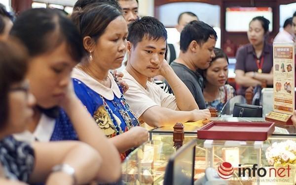 Khách đến xem, mua vàng chiều 6/7 tại phố Trần Nhân Tông.