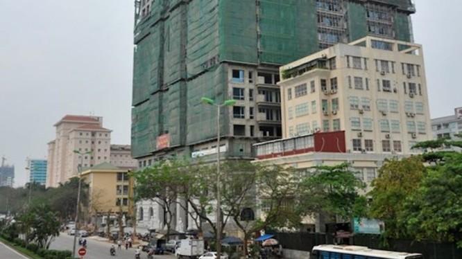 """Những khách hàng giàu có đã mòn mỏi chờ đợi nhận căn hộ """"đế vương"""" suốt 8 năm qua mà Tân Hoàng Minh vẫn chưa làm xong"""