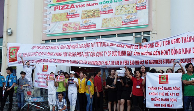 : Chiều ngày 7/7, hàng trăm người tụ tập, căng biểu ngữ tại cổng Trung tâm Thương mại Vĩnh Trung Đà Nẵng phản đối Công ty Cổ phần Đức Mạnh gây khó