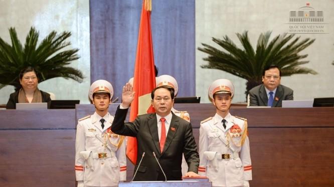 Chủ tịch nước Trần Đại Quang thực hiện nghi lễ tuyên thệ khi nhậm chức tại kỳ họp thứ 11 Quốc hội khoá XIII