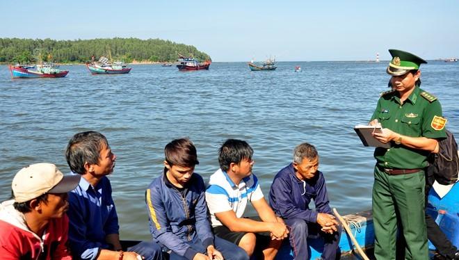 Cán bộ chiến sĩ Trạm kiểm soát biên phòng Sa Kỳ thu thập thông tin sau khi 5 ngư dân đi trên tàu cá bị đâm chìm ở Hoàng Sa vừa trở về. Ảnh: Minh Hoàng.