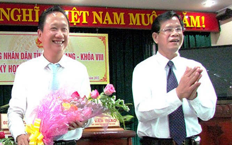 Bí thư Tỉnh ủy Huỳnh Minh Chắc (phải) chúc mừng tân Phó Chủ tịch UBND tỉnh Trịnh Xuân Thanh. (Ảnh: Báo Hậu Giang)