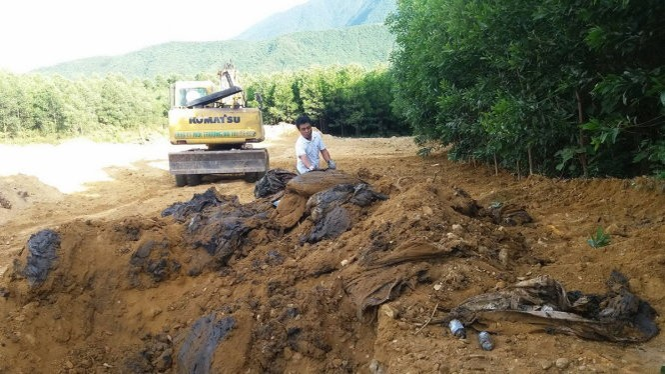 Chất thải nghi xuất phát từ quá trình luyện cốc của Formosa chôn lấp tại trang trại của ông Lê Quang Hòa đang được khai quật - Ảnh: VĂN ĐỊNH