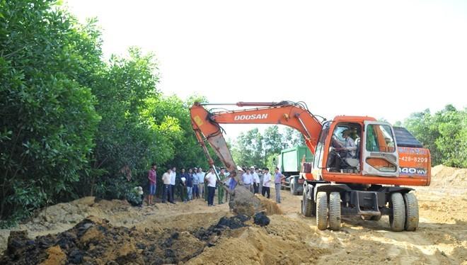 Lực lượng chức năng đã huy động 2 chiếc máy xúc đào bới 100 tấn chất thải của Formosa chôn lấp trái phép tại trang trại ở phường Kỳ Trinh đưa về nơi quy định. Ảnh: Xuân Đức.