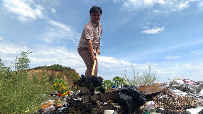 Bùn của Forrmosa được chôn lấp ở bãi rác Thiên Cầm được đào lên đen ngòm - Ảnh: VĂN ĐỊNH